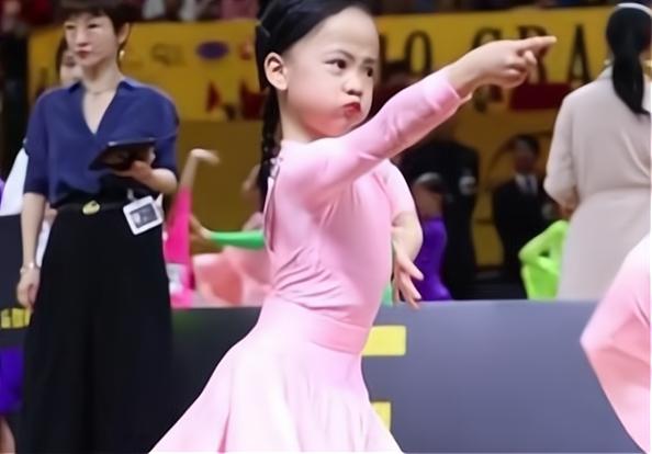 6岁女孩跳拉丁舞走红 鼓腮瞪眼表情宛若愤怒的小鸟