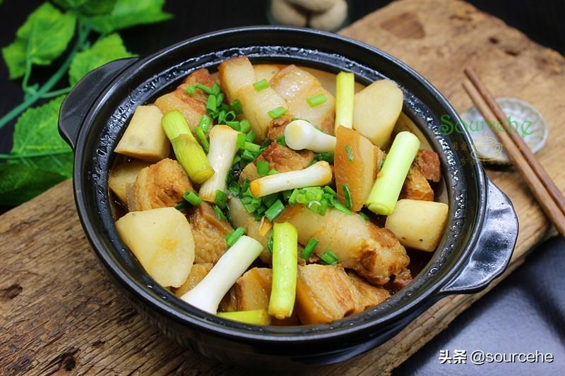 秋冬季,五花肉別紅燒,加山藥倒入砂鍋燉一燉,熱乎乎很暖胃