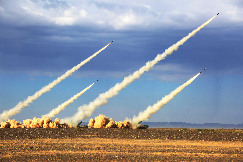 中国火箭炮太准了:300公里外打一个旗杆,只偏了两三米