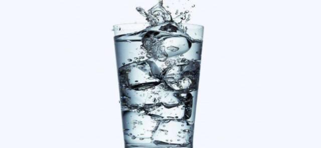 起床后喝一杯温水,等于喝细菌?很多人不明白,医生给你讲解一下