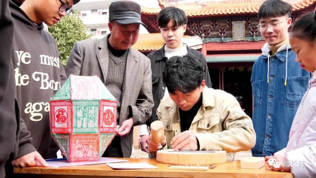 长汀:刻纸迎新春 非遗过大年