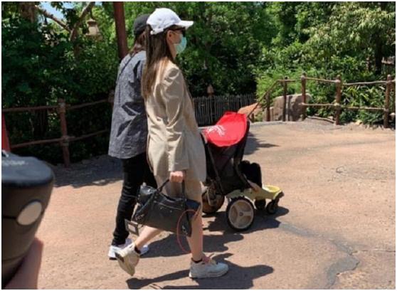 网友去迪士尼偶遇戚薇一家三口,李承铉暖心推着孩子被赞好老公