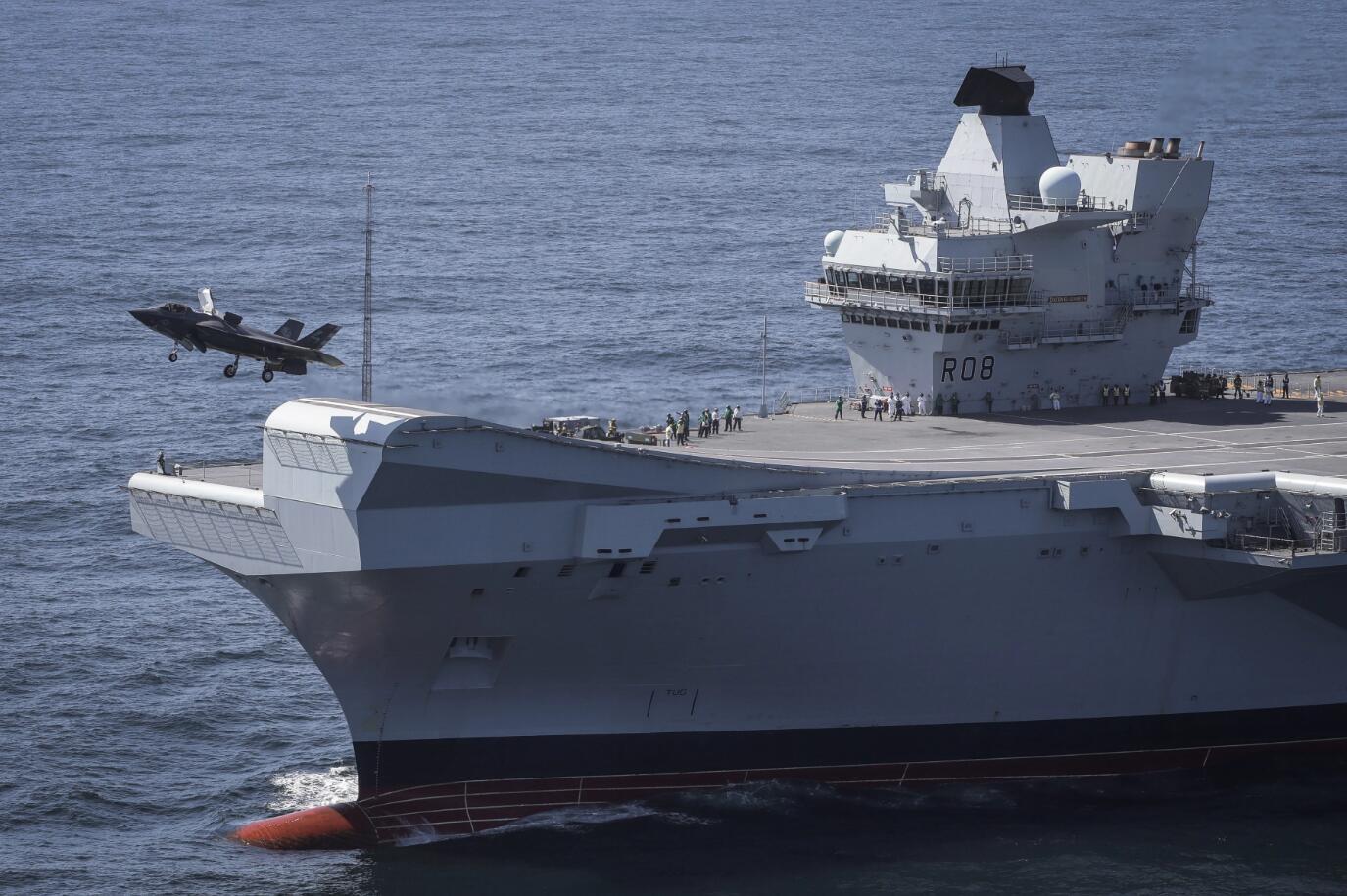 来南海路上又出事!英国航母借舰载机曝事故:F35B爆胎紧急迫降