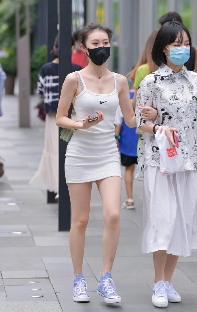"""苗条女生的""""吊带裙"""",时尚又清新,一点不输微胖女孩"""