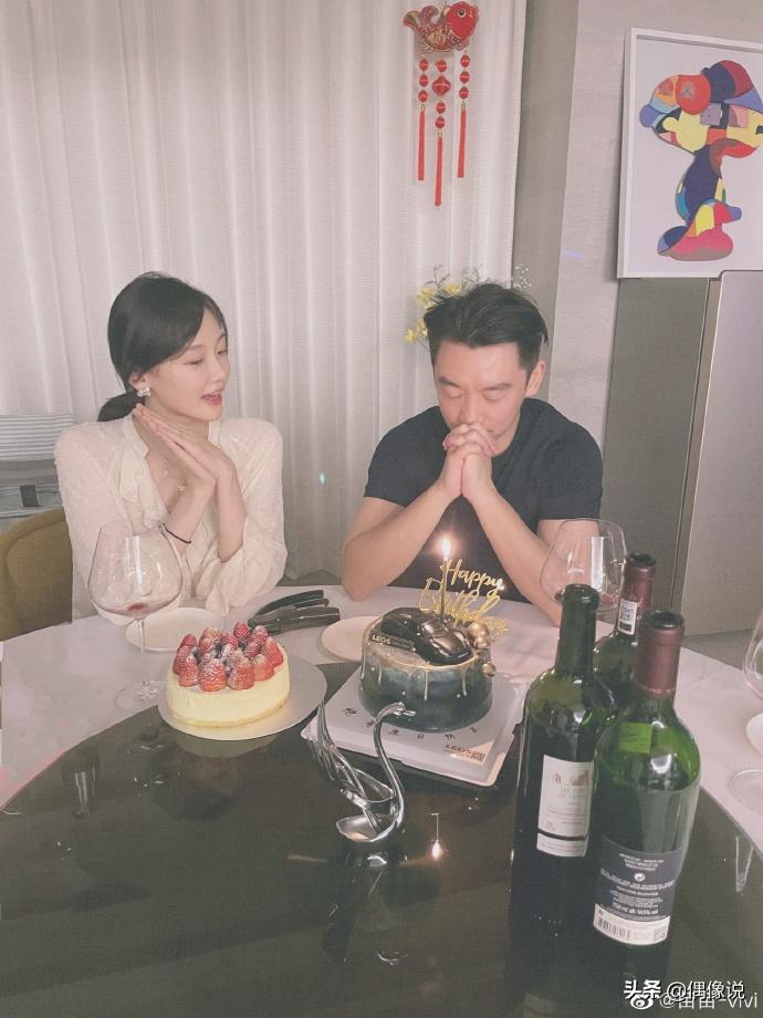 郑恺苗苗庆结婚一周年,晒夫妻视角照片秀恩爱,街边吃面接地气