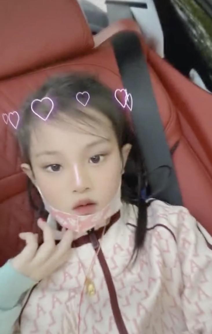 李小璐带女儿外出游玩,母女俩潮范儿十足,甜馨颜值越来越高