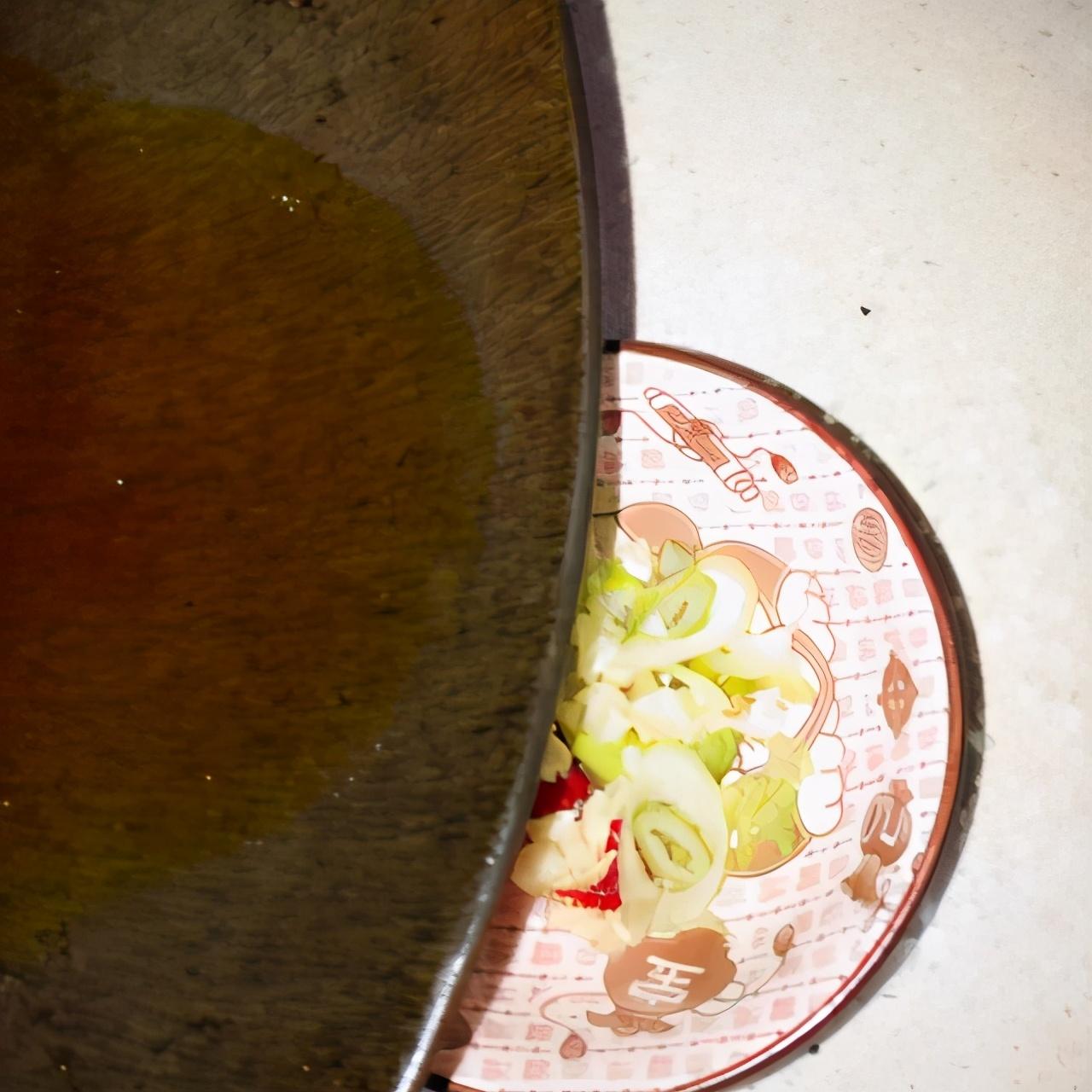 凉拌青椒皮蛋 美食做法 第5张