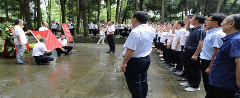 巴州区第十一小学教职工前往王坪烈士陵园开展党史学习教育活动