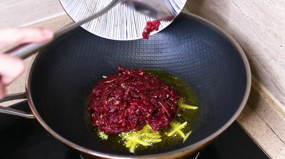 炒牛肉时,不要放盐和料酒腌制,教你正确方法,牛肉不老不柴 美食做法 第5张