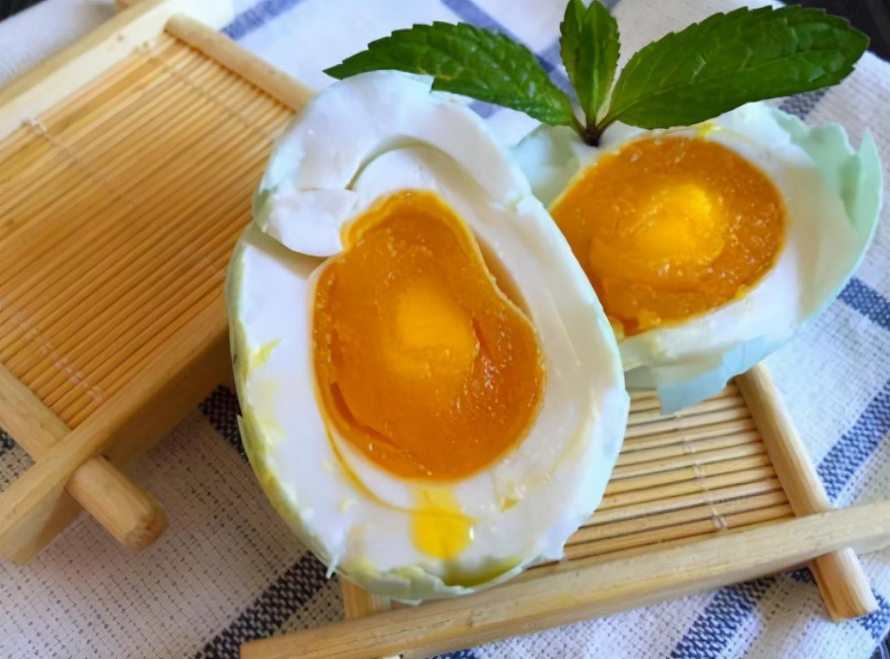 自制咸鸭蛋,只需2样调料,10天就成熟,半月蛋黄起沙出油,真香 美食做法 第1张