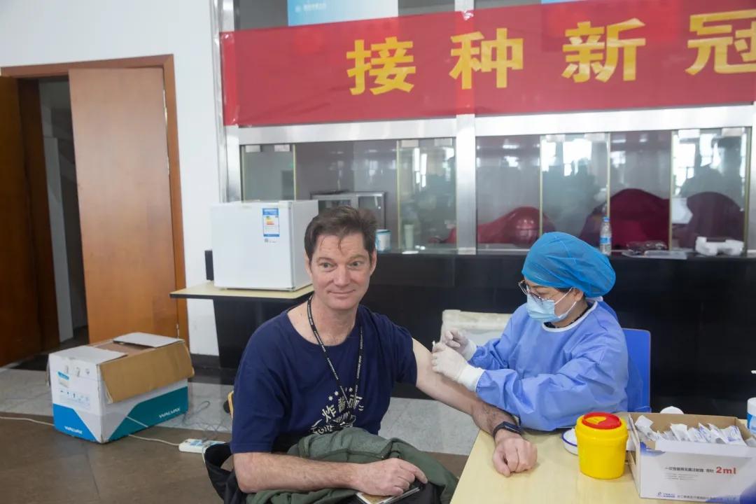 """""""我们对中国疫苗很有信心""""温肯100余名外籍教师接种新冠疫苗"""