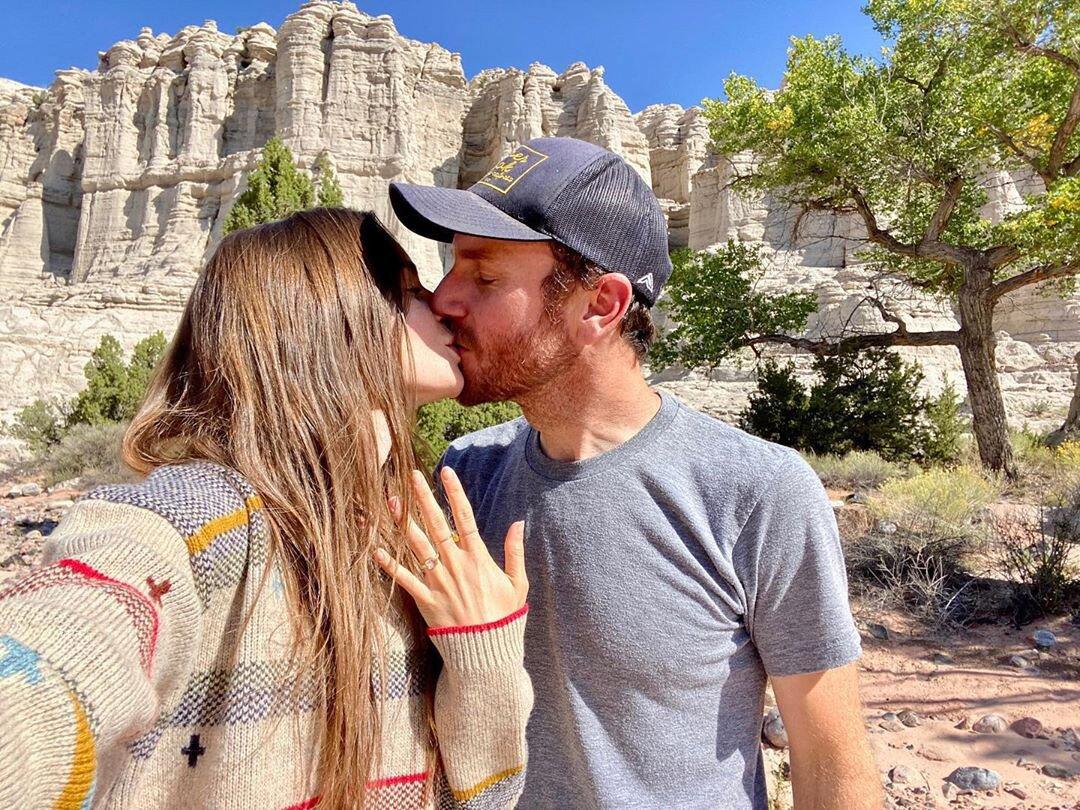"""甜蜜!""""白雪公主""""主演莉莉柯林斯与男友订婚,大秀 钻戒"""