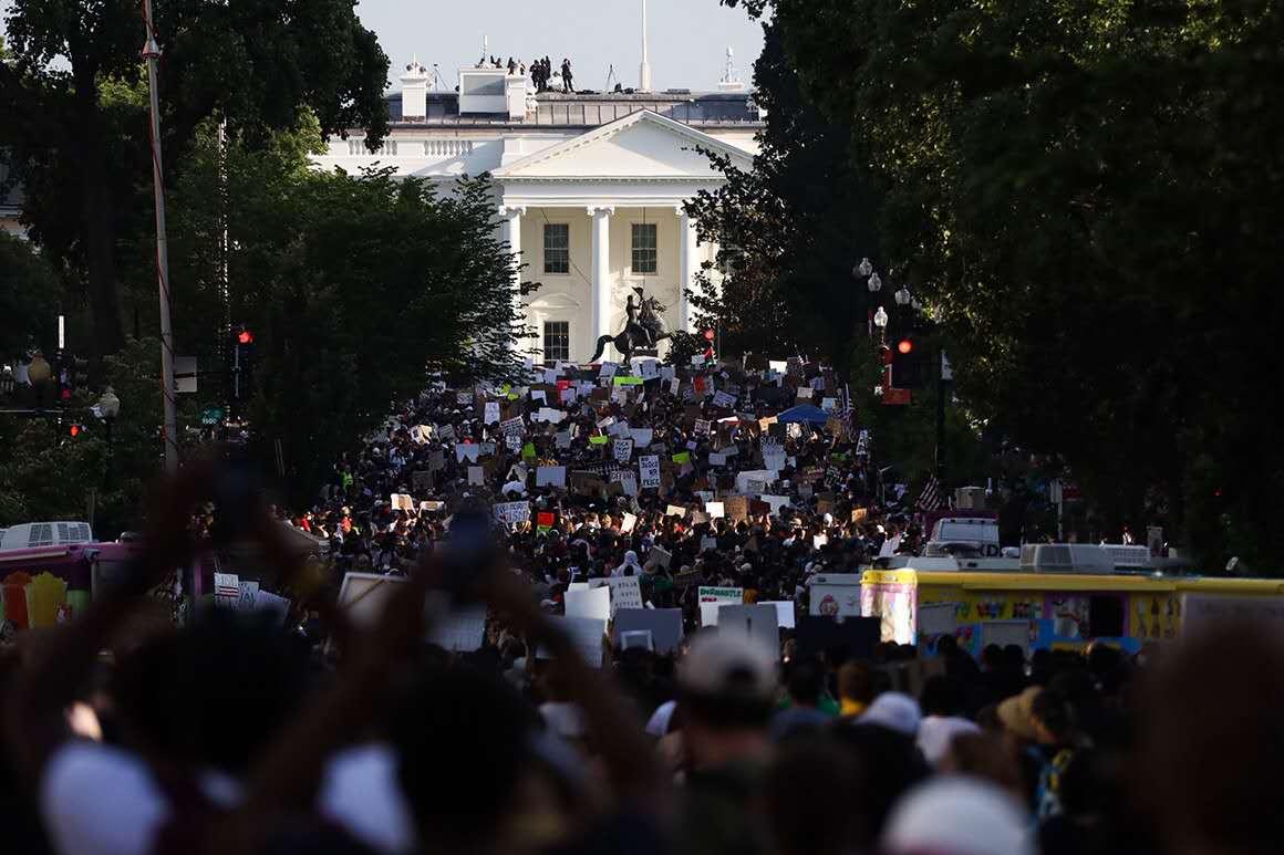 林肯罗斯福雕像为何被推倒?美国警方为何不敢对示威者动手了?