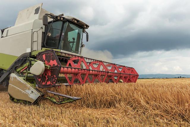 收割机割麦污染环境,刷新当代人的认知,凡事请莫拿农民开玩笑