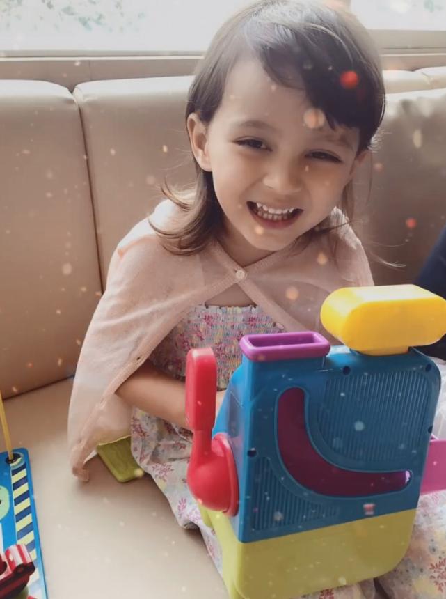馬雅舒女兒迎來7歲生日,米雅近照暴風長高,大眼雙眼皮顏值超高