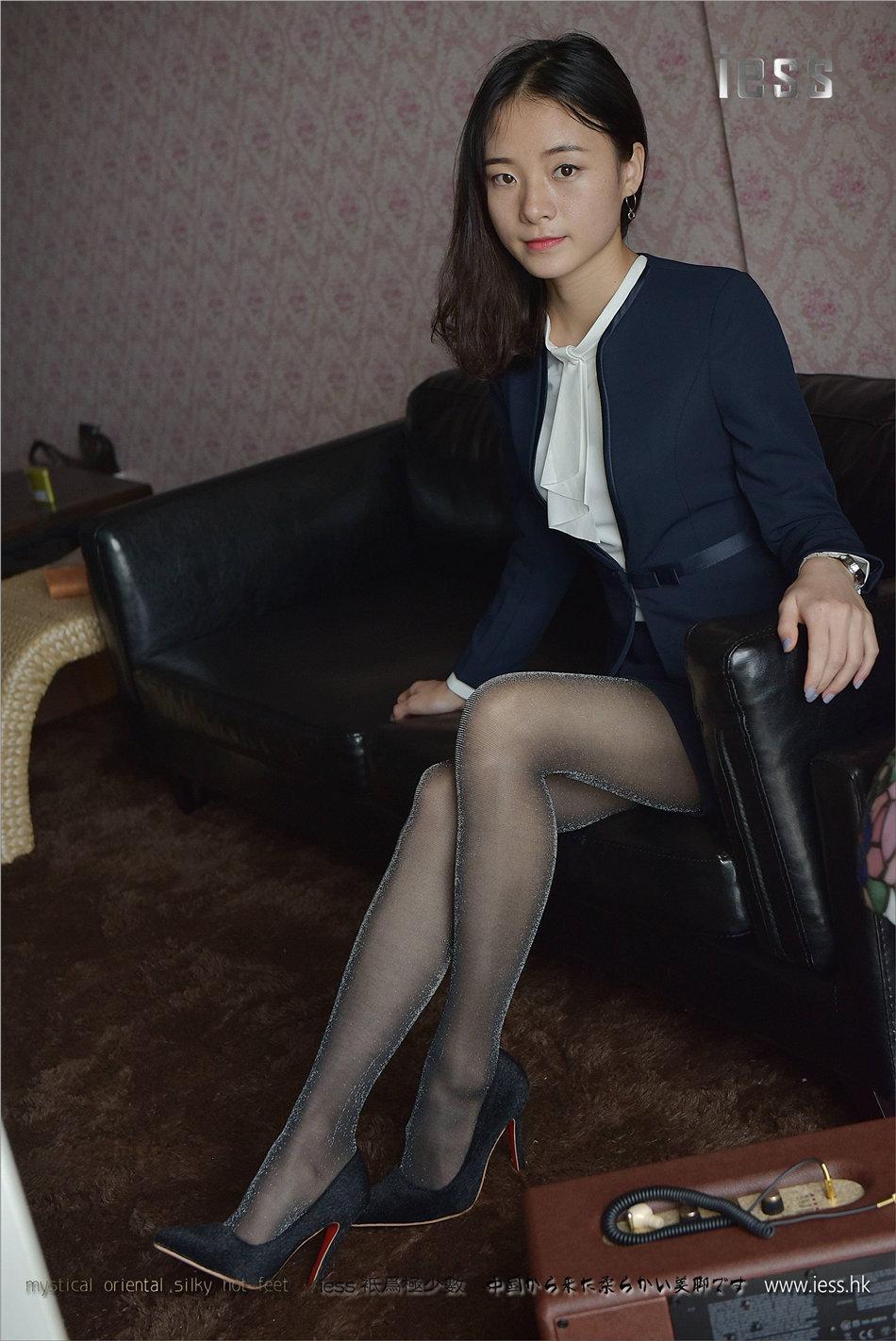 老板新招聘的美女秘书办公室穿亮黑丝袜