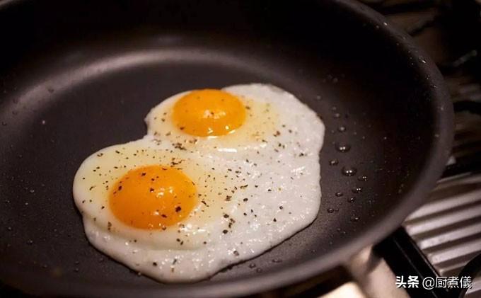 外焦里嫩的煎蛋,第一步千万不要放油,只需加一步永不粘锅 美食做法 第3张