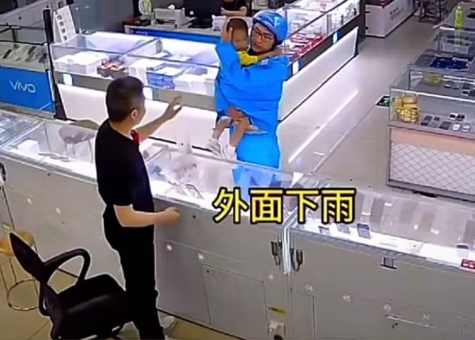 男子雨天点外卖迟到1小时,一抬头怒气全消:外卖员抱着孩子鞠躬道歉