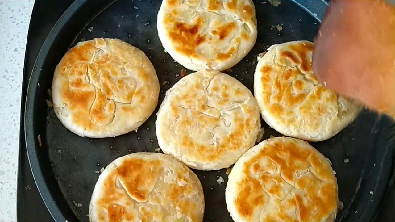 椒盐饼吃着太香了,无技巧难度教你在家做,一卷一捏,外酥里香 美食做法 第20张
