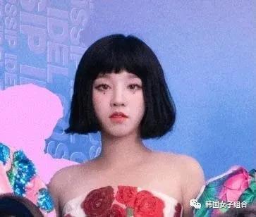 回归预告中戴假发,假发非常明显,直播中真的剪了短发的女团爱豆