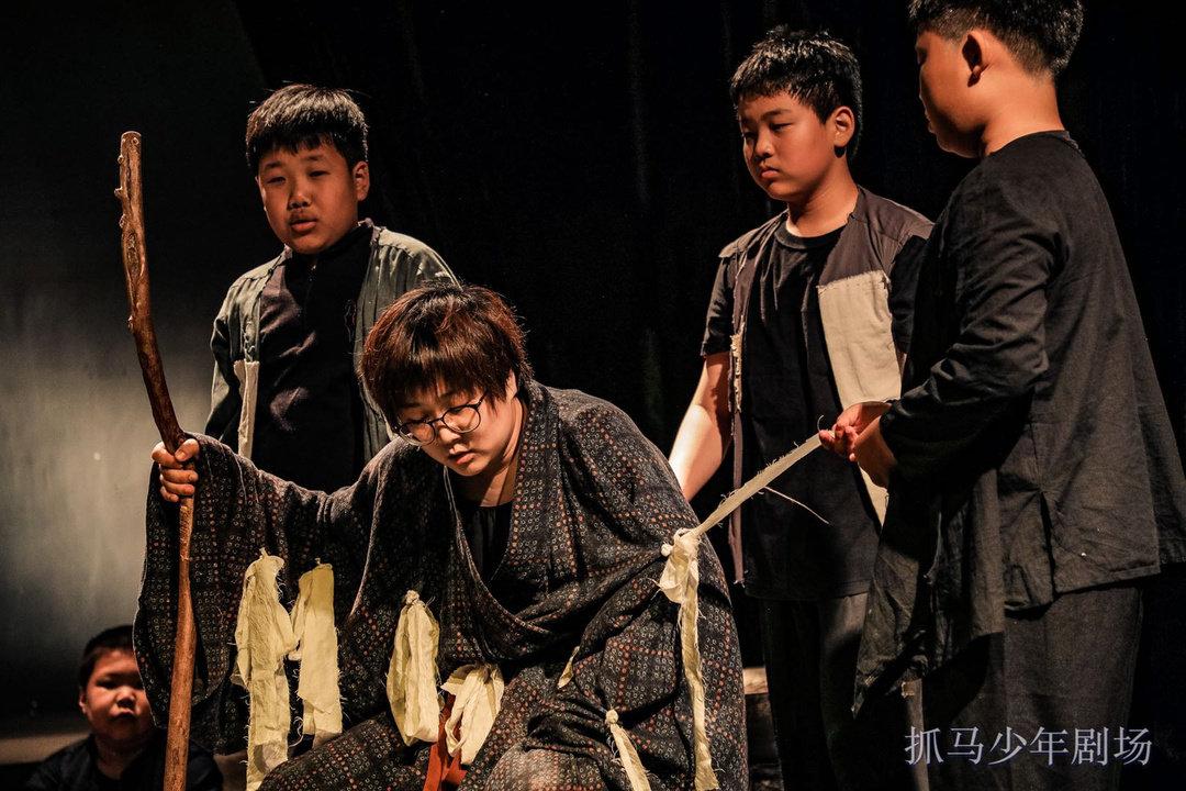 抓马教育少年剧场原创大戏《土地》登陆北京蓬蒿剧场