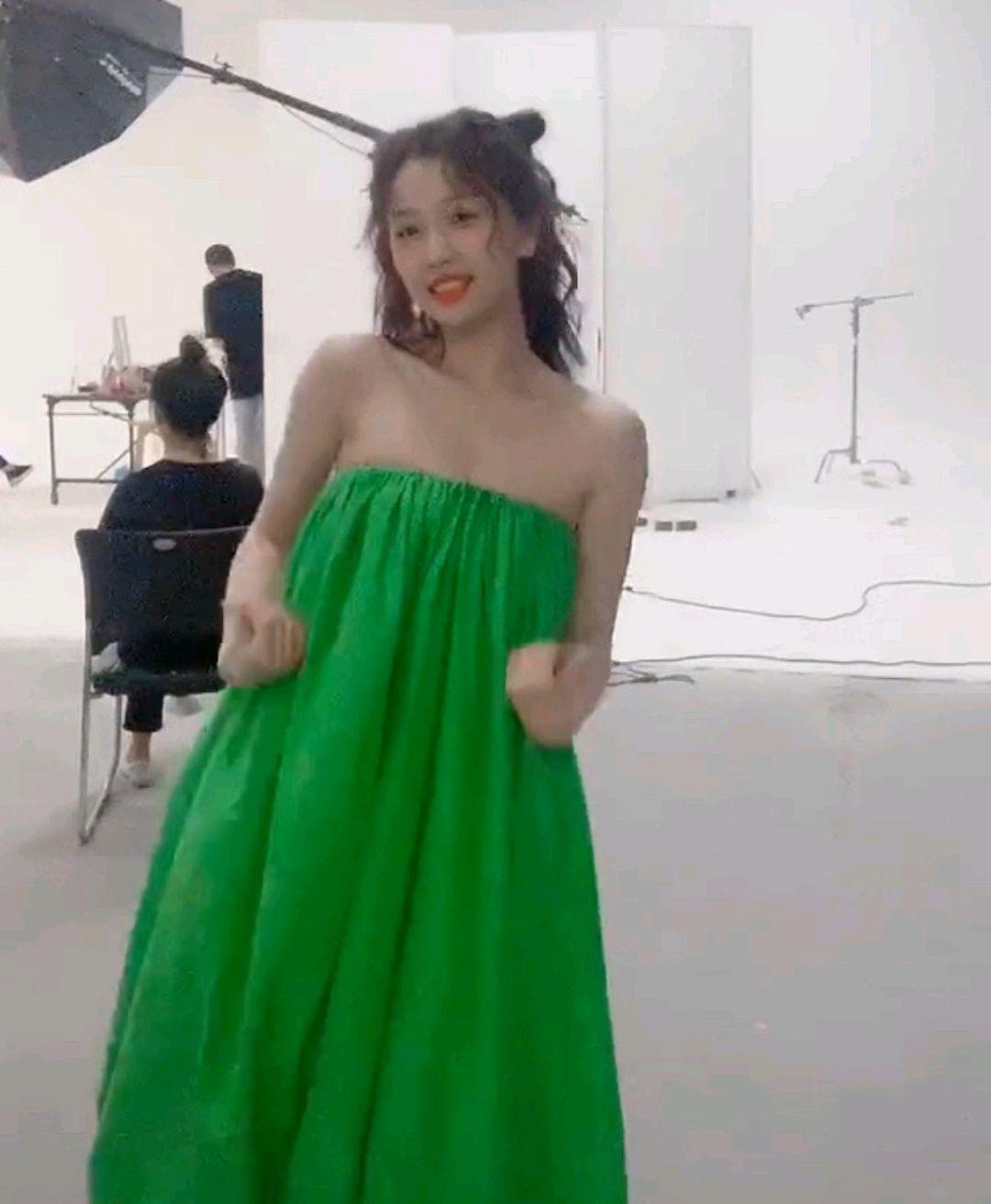 虞书欣土到极致便是潮?身穿宽松绿色抹胸连衣裙,视觉冲击太大