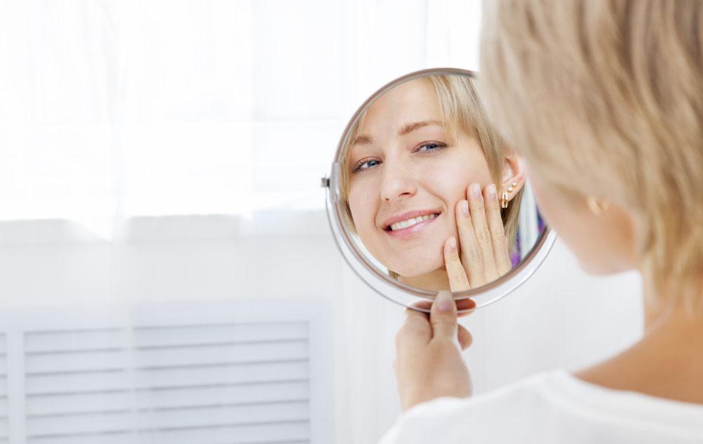 镜子中的你,并不是你真实的相貌  商场的镜子为什么照人好看