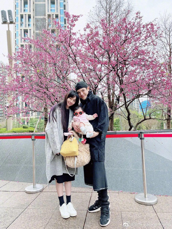 向佐情人节晒一家三口合照,郭碧婷产后极速瘦身,女儿笑容像爸爸