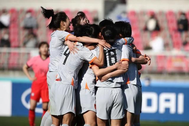 韩媒叫嚣中国球迷助威声大 贾秀全携女足姑娘打脸韩媒