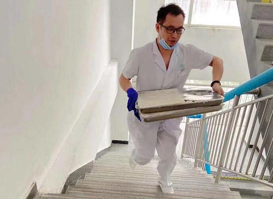 暴风雨来袭时,郑州市九院心理医院的医护人员选择坚守