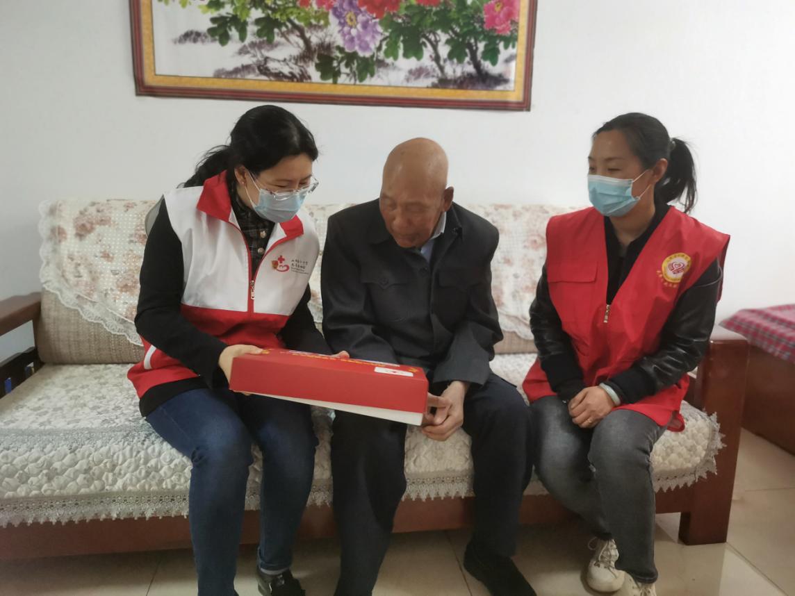 太原:志愿者联合社区慰问独居老人