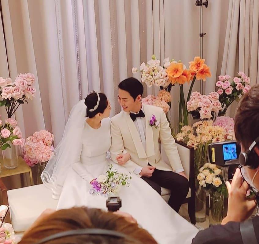 JUNJIN举办婚礼,组合成员摆Pose,新人挽手对视超幸福