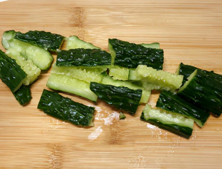 凉拌黄瓜时,切完不可直接拌,大厨教我1招,脆爽入味更清爽 美食做法 第2张
