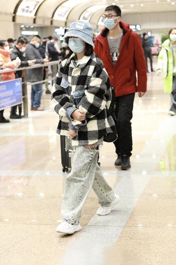 小沈阳一家现身机场!女儿穿破洞裤罕见时髦,14岁身高已赶超妈妈