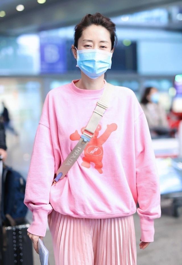 刘敏涛真不知自己多大岁数了?穿一身粉色走机场,时髦减龄真招摇