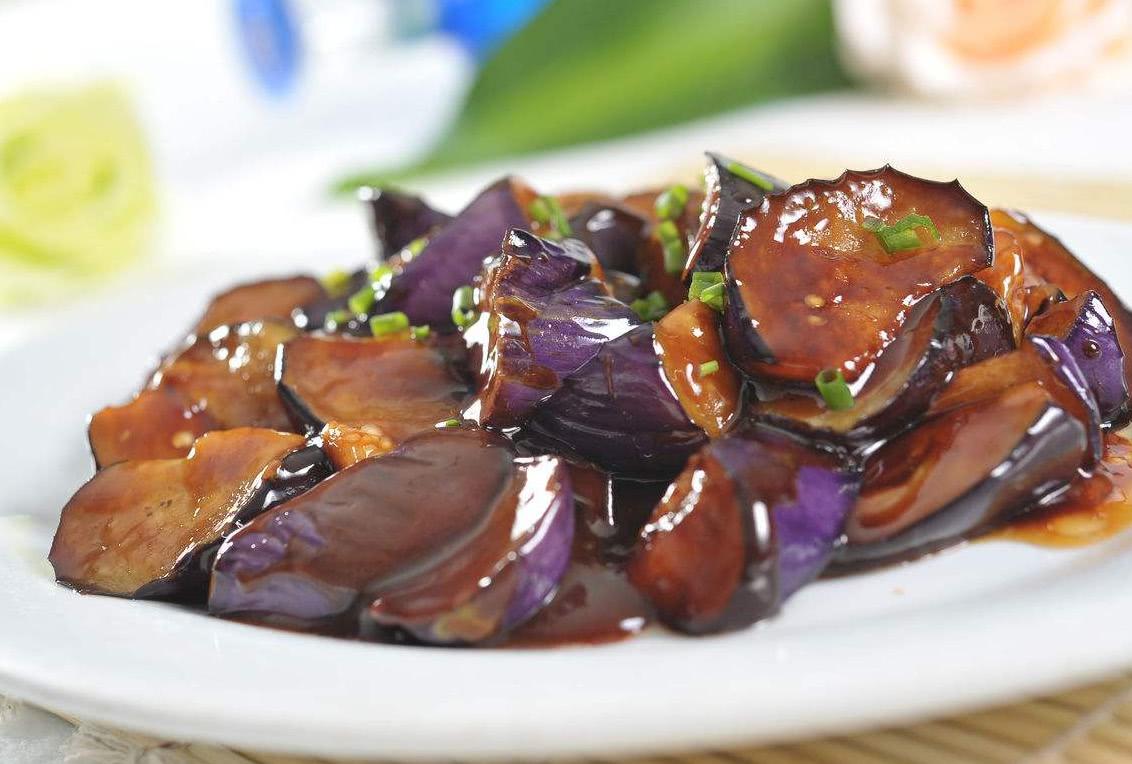 烧茄子时,直接下锅大错特错,多加两步,茄子不油腻不发黑 美食做法 第3张