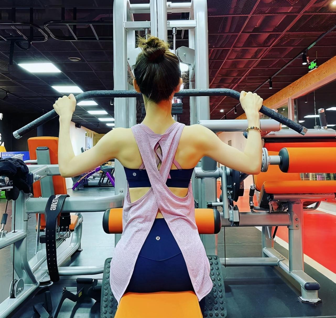 刘强东娇妻太努力了!章泽天晒健身照,S型曲线修长美腿惊艳众人