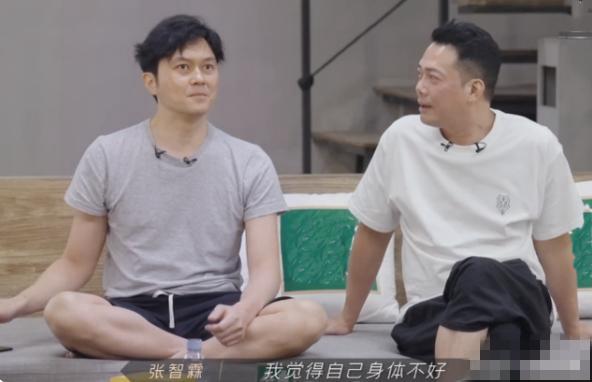 网友偶遇袁咏仪买名牌包,张智霖在旁等候,随时准备掏15万元买单