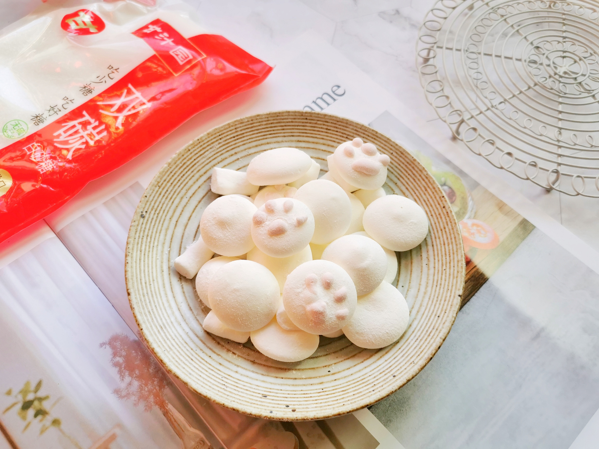 棉花糖也可以在家做,一個雞蛋做一盤,沒有添加劑,孩子吃得放心