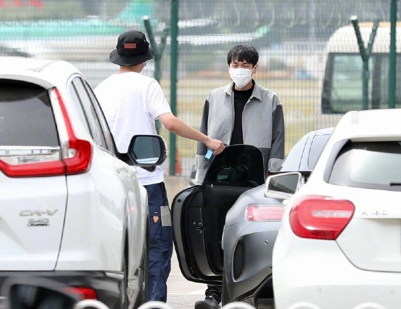 刘昊然带张若昀看爱车,敲车窗拽下车太可爱,一起参加《密逃2》