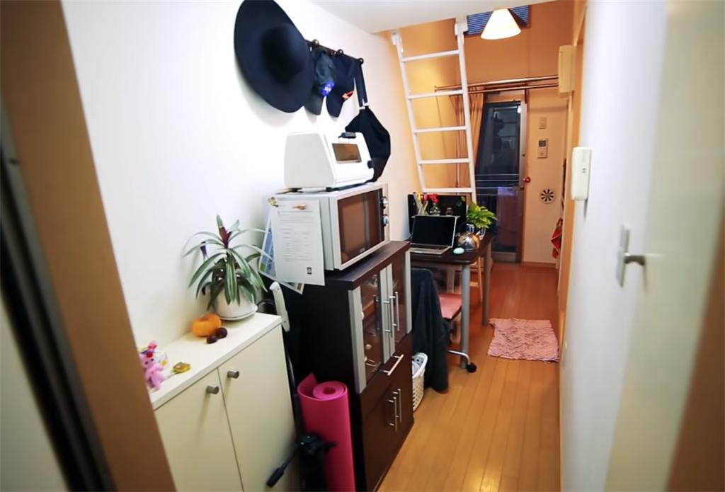 """90后姑娘住进日本8㎡""""缝隙房"""",吃饭坐地上,睡觉爬梯子"""