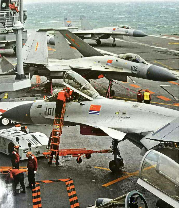 中国航母甲板坑坑洼洼!印度航母甲板光如白昼!印媒再次阴阳怪气