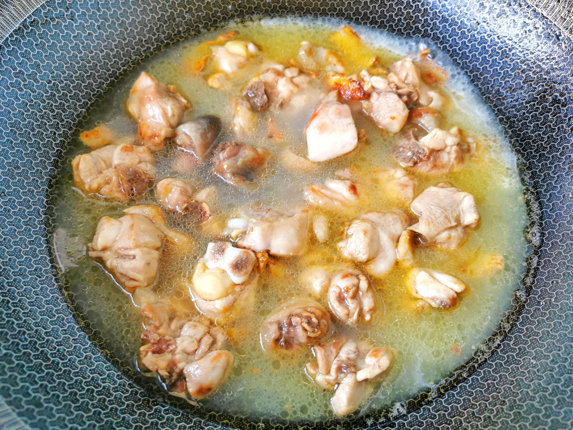 台灣女人坐月子吃的麻油雞,用米酒代替清水,滋補暖身,連湯喝完