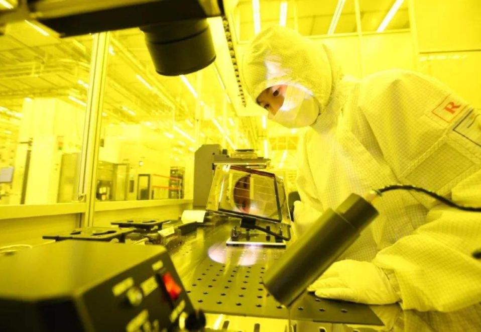 中国芯片逆风翻盘,订单量暴涨10倍高达3亿颗,让美国急红眼