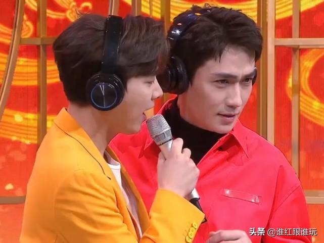李易峰搂着朱一龙的腰,传声:爱你一万年!春晚进行时互动太甜了