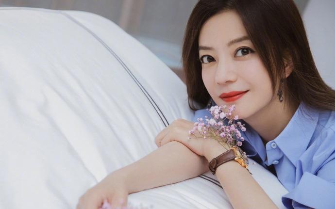 赵薇做客薇娅直播间,赵薇自曝签约张哲瀚,直言因为其忧郁气质