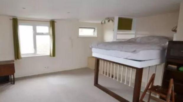 英奇葩公寓卖115万,床竟架在楼梯上!网友吐槽:翻个身命没了