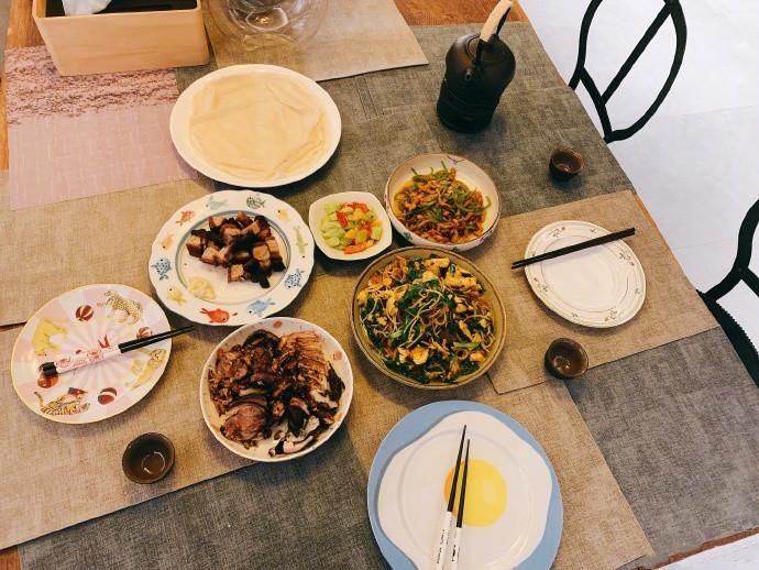 迎新年:张若昀做美食,唐艺昕插花,网友大赞:这波狗粮撒得真甜