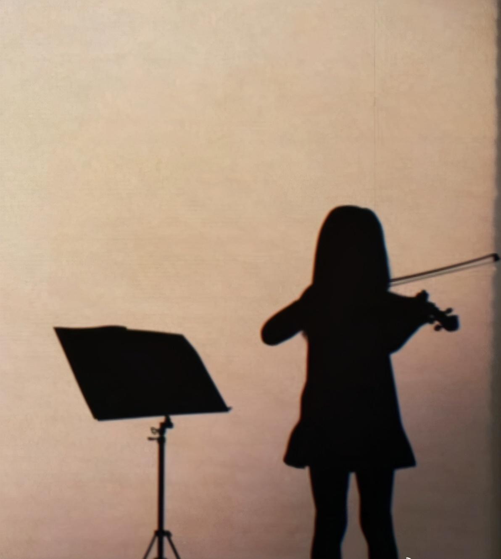 周杰倫女兒學習小提琴,長捲髮淑女樣超可愛,房間佈置豪華溫馨