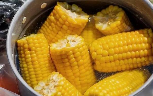 煮玉米时,别用清水直接煮了!多加这2味,玉米又香又糯超好吃